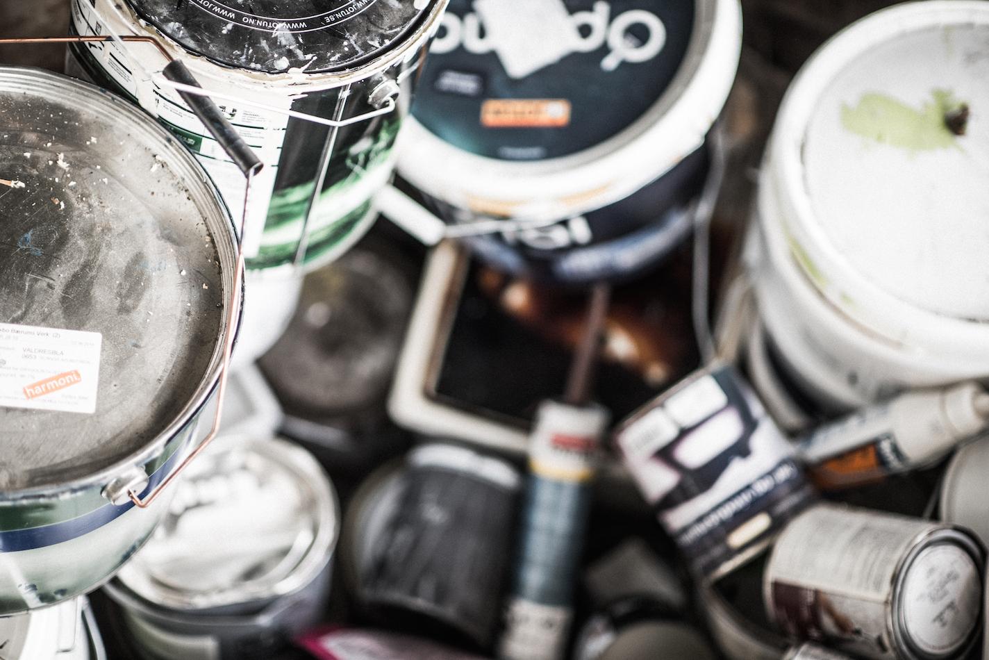 Bilde av maling, lim og lakk. Foto: Terje Borid for LOOP